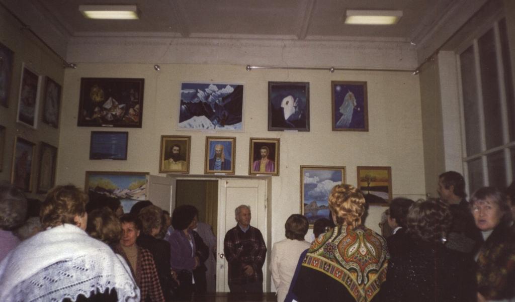 Выставка картин на 10 летнем юбилее в 2003 г.Школы