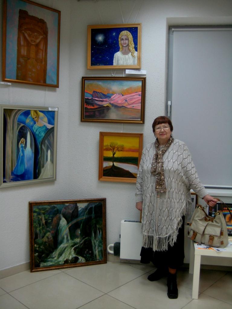 М. Тоненкова на 3-й выставке около своих картин 2009 год