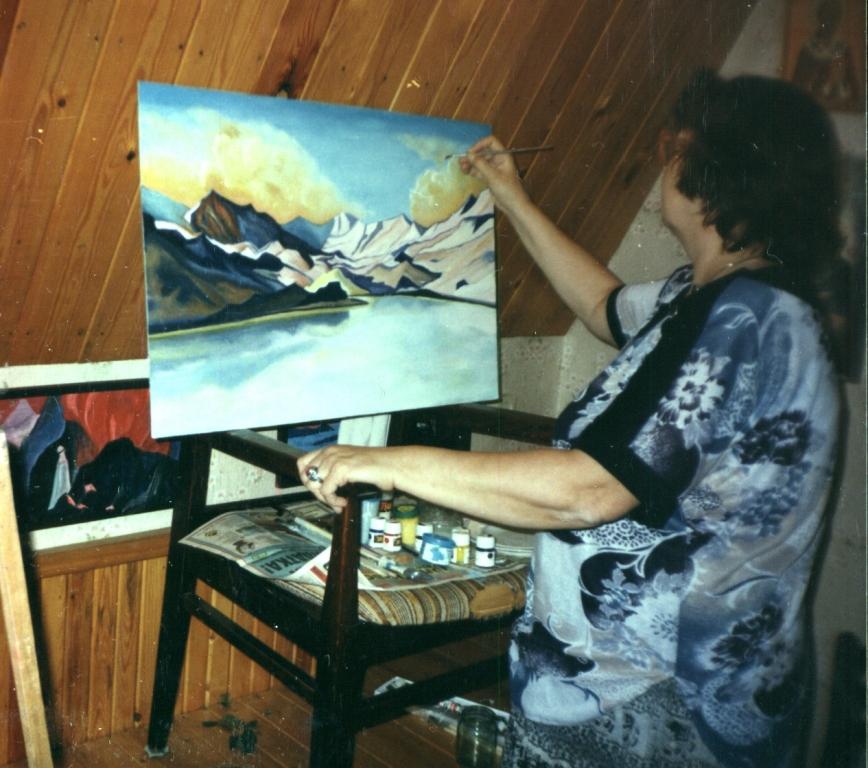 """М. Тоненкова на даче за работой над картиной  """"Горное озеро"""". 1995 год"""