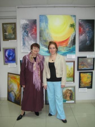 Оксана Тумадин у стенда своей экспозиции